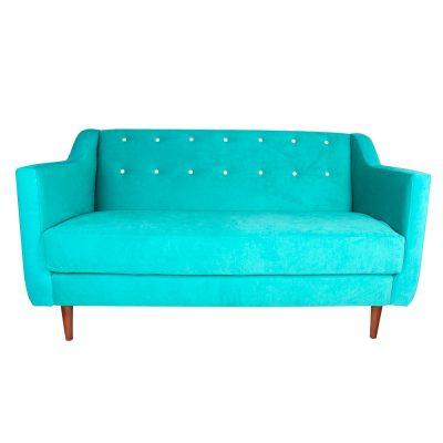 DOKKA Canapé de style scandinave retro. Revêtement en velours. Coloris à choisir par le client. Possibilité de fabrication en imitation cuir.