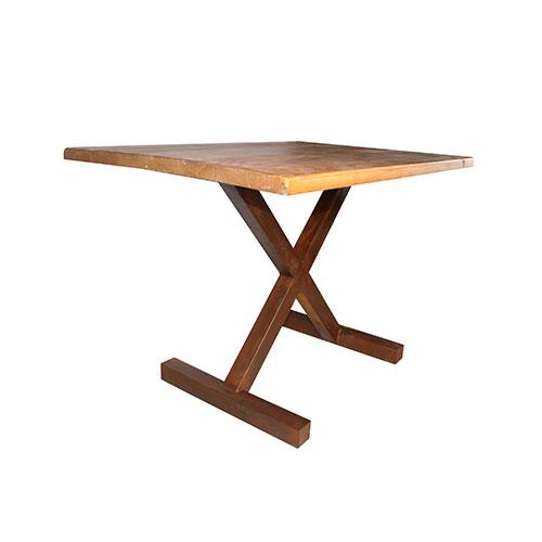 TEN Table de style industriel avec structure en métal en forme de chevallet croisé, plateau en bois. Possibilité de fabrication sur mesure, plateau et structure personnalisables.