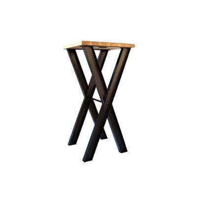 CRUZ Table de style industriel, structure en acier et plateau en bois.