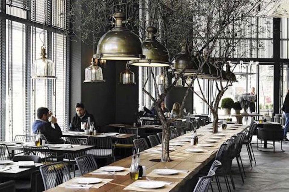 Les shared tables dans les bars restaurants sont une tendance importée de l'étranger et fleurissent depuis quelques années dans les établissements français
