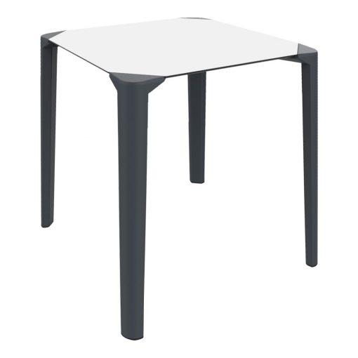 CORNER Table avec structure fabriquée en polypropylène, plateau en compact phénolique. Les tables rondes ont une structure à 3 pieds, les carrées à 4 pieds.