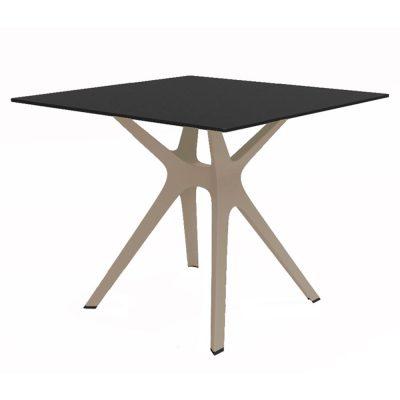 REVELATION Table pour usage intérieur ou extérieur, avec pied central en polypropylène et plateau en phénolique compact. Protection anti-UV.
