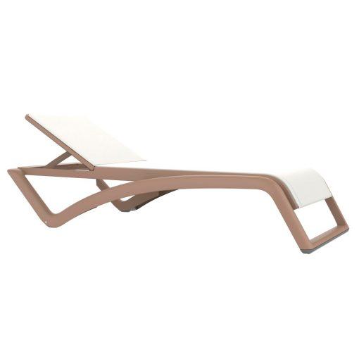 SKYCLUB Chaise longue transat empilable pour intérieur ou extérieur, fabriqué en polypropylène et revêtement tissu. Inclinable en 5 positions, inclus position à l'horizontale pour une position allongé sur le ventre. Dossier avec sécurité. Roues dans les pieds arrière et antidérapants à l'avant.Dimensions: 77x195x37 cm