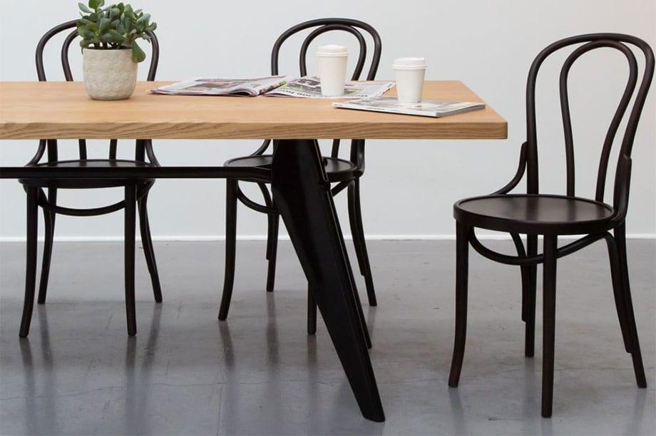 La tendance est aux chaises en bois courbé