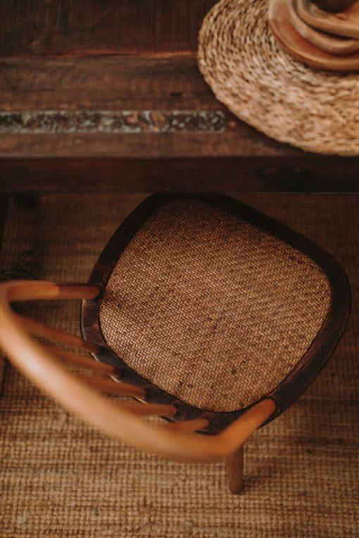 APPLE Chaise de style Windsor/Ercol fabriquée en bois d'orme. Assise en rotin naturel. | Trouvez-la chez Mister Wils. Plus de 4000m² d'exposition. Buffets, étagères, luminaires, tables, chaises, canapés et banquettes, tabourets, ventilateurs, plantes artificielles...