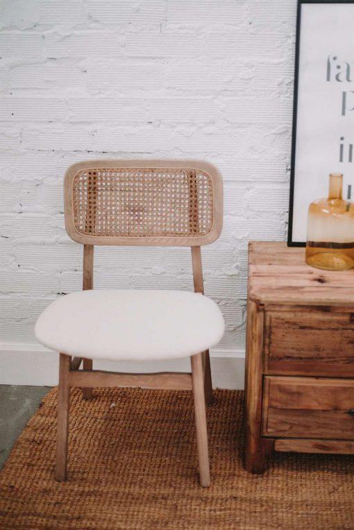 BORIS Chaise de style vintage-bistrot fabriquée en bois d'orme. Assise en tissu et dossier en fibres naturelles. Trouvez-la chez Mister Wils. Plus de 4000m² d'exposition. Buffets, étagères, luminaires, tables, chaises, canapés et banquettes, tabourets, ventilateurs, plantes artificielles...
