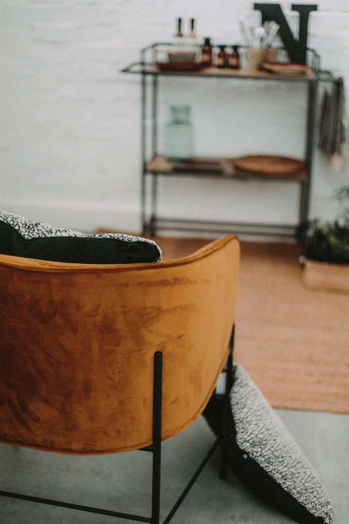GRETA CURRY Chaise de style contemporain avec structure en tubes d'acier, finition peinture powder coated noire, assise et dossier en velours. | Trouvez-la chez Mister Wils. Plus de 4000m² d'exposition. Buffets, étagères, luminaires, tables, chaises, canapés et banquettes, tabourets, ventilateurs, plantes artificielles...