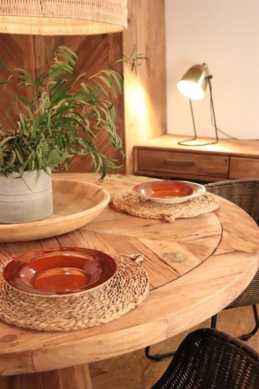 PROVENCE Table de salle à manger avec plateau circulaire fabriqué en bois de pin recyclé. Trouvez-la chez Mister Wils. Plus de 4000m² d'exposition. Buffets, étagères, luminaires, tables, chaises, canapés et banquettes, tabourets, ventilateurs, plantes artificielles...