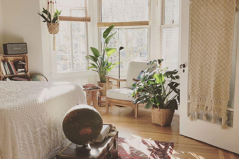 Tête de lit en rotin pour donner une touche tropicale à votre chambre