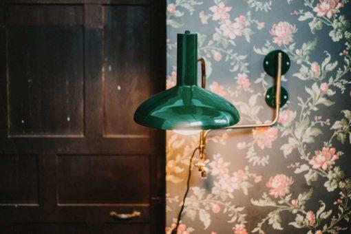 DEVI GREEN Applique murale de style vintage fabriquée en métal. Finition laiton et peinture powder coated verte. Culot E27. Max 25W. Dimensions: Ø29x70x49 cm. Un produit de Dutchbone.
