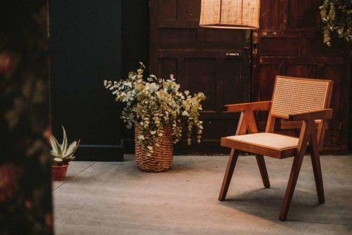 CHANDIGARH BROWN Chaise de style Rationaliste avec structure fabriquée en bois d'orme, assise et dossier en cannage en rotin