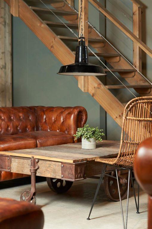GARBO Canapé de type Chester, armature en bois, rembourré en plumes de haute densité, revêtement cuir, finition capitonné.