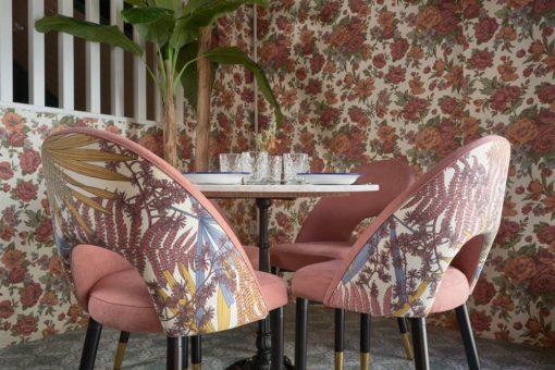 KRONOS MARBRE Table d'intérieur de style vintage/bistrot avec pied en fer forgé et plateau en marbre blanc.   Trouvez-la chez MisterWils.