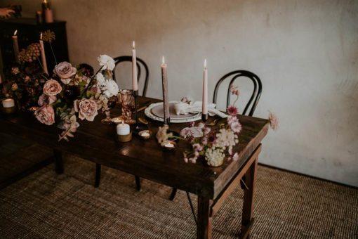 Table de style vintage en bois tropicale. Pliable | Trouvez-la chez Mister Wils. Plus de 4000m² d'exposition. Buffets, étagères, luminaires, tables, chaises, canapés et banquettes, tabourets, ventilateurs, plantes artificielles...