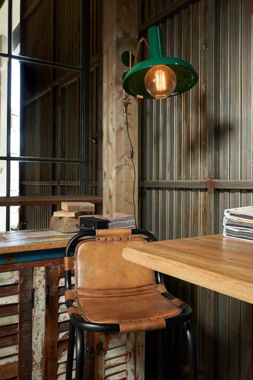 IGOR Tabouret de style industriel avec structure en tubes d'acier, assise et dossier en cuir.