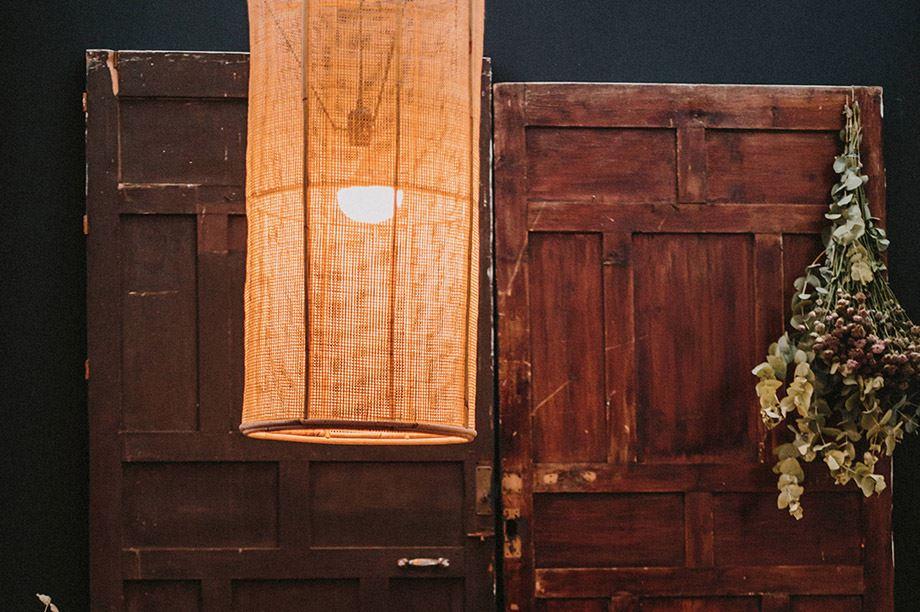 L'alliance parfaite entre le bois et les lampes en rotin