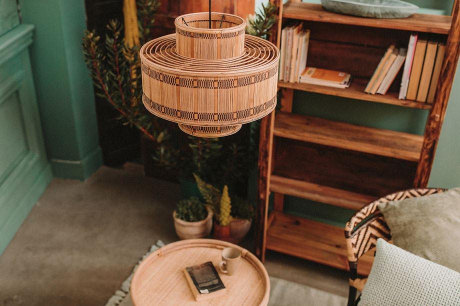 Les lampes en rotin sont tendance et s'adaptent avec n'importe quel style. Voici comment les associez avec des meubles en bois à la mode.