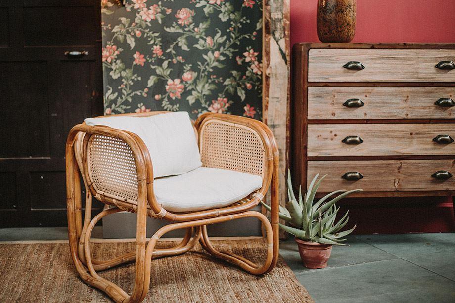 Il y a 2500 ans, Bouddha inventait le premier coussin. Aujourd'hui ils apportent confort et texture à nos maison. Les fauteuils avec coussin seront vos alliés pour 2021.
