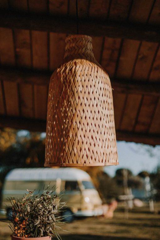 AKELA Lampe de style scandinave/modern tropical fabriquée en rotin naturel. Installation électrique non incluse. Dimensions: Ø30x55cm. | Trouvez-la chez Mister Wils. Plus de 4000m² d'exposition. Buffets, étagères, luminaires, tables, chaises, canapés et banquettes, tabourets, ventilateurs, plantes artificielles...