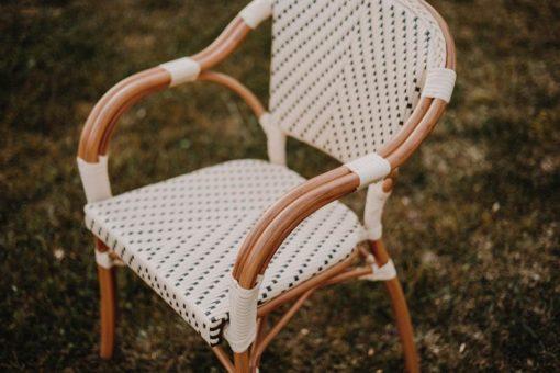 ANGELES Chaise de style Bistrot avec structure en aluminium, finition imitation bambou, assise et dossier en fibres de rotin synthétique.
