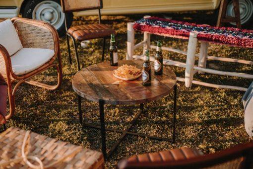 BELLADONA Table auxiliaire de style industriel avec structure en acier et plateau circulaire en bois tropical | Trouvez-la chez MisterWils