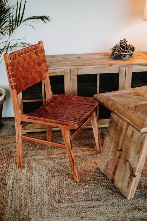 DELYCE Chaise de style Scandinave avec structure en bois tropical, assise et dossier en lanières de cuir synthétique tressé.