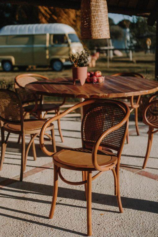 DESMOND BROWN Chaise de style bistrot avec accoudoirs en bois de hêtre avec dossier en rotin naturel | Trouvez-la chez MisterWils.