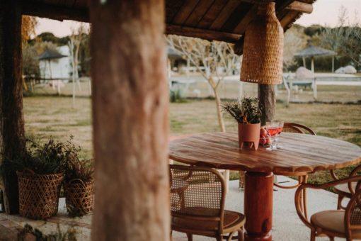 AMBER MANGO Table de salle à manger de style Ethnique avec structure fabriquée en bois massif de manguier tourné.
