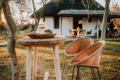 FOSCARI Table de salle à manger ovale de style rustique fabriquée en bois de teck. Structure et plateau en bois | Trouvez-la chez MisterWils...