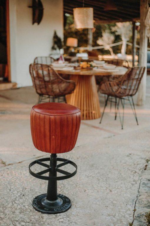 GRANT Tabouret haut de style Industriel Vintage avec structure en acier finition peinture powder coated et assise tapissée en cuir.