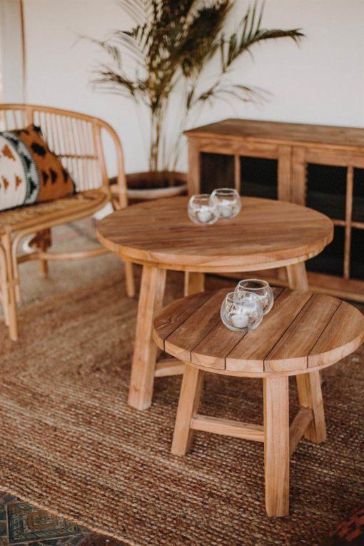 INGO Table auxiliaire fabriquée en bois de teck. Structure et plateau en bois   Trouvez-la chez Mister Wils. Plus de 4000m² d'exposition.