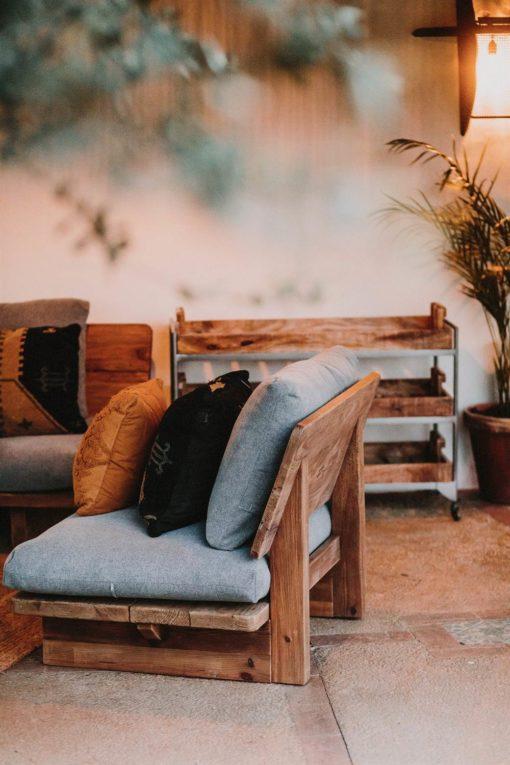 KUBU Fauteuil une place avec structure en bois massif de pin recyclé, coussins tapissés en tissu | Trouvez-la chez MisterWils. Plus de 4000m² d'exposition.
