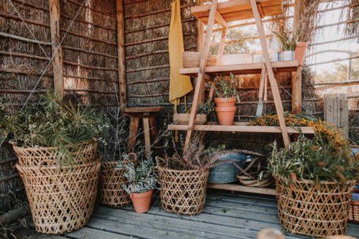 MARAIS Étagère triangulaire de type escalier fabriquée en bois massif de pin recyclé avec 4 rayons | Trouvez-la chez MisterWils. Plus de 4000m² d'exposition