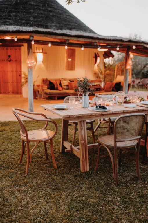 CHOSEN NATURAL Chaise de style scandinave fabriquée en bois d'orme. Assise et dossier réalisés en tiges de fibres naturelles.