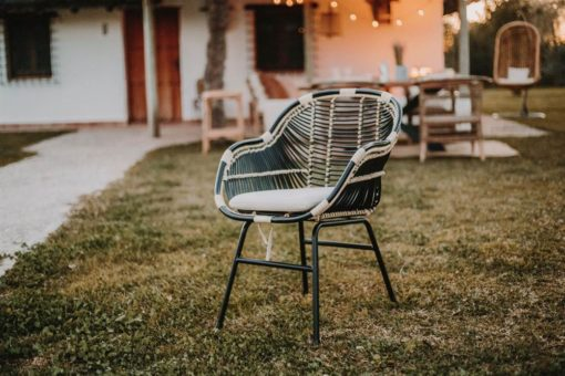 RAINBOW Chaise de style Scandinave avec structure en tubes d'acier, finition peinture powder coated, assise et dossier en rotin naturel.