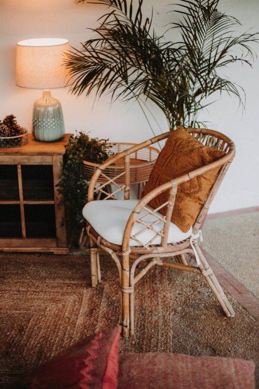 SHIBORI Chaise de style Bistrot fabriquée en rotin naturel et fibres naturelles. Coussin en toile blanc inclus | Trouvez-la chez Mister Wils...