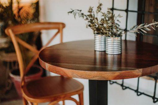 GALES Tabouret haut de style Bistrot avec structure en bois d'orme cintré à la vapeur. Dossier en forme de croix. Trouvez-le chez MisterWils