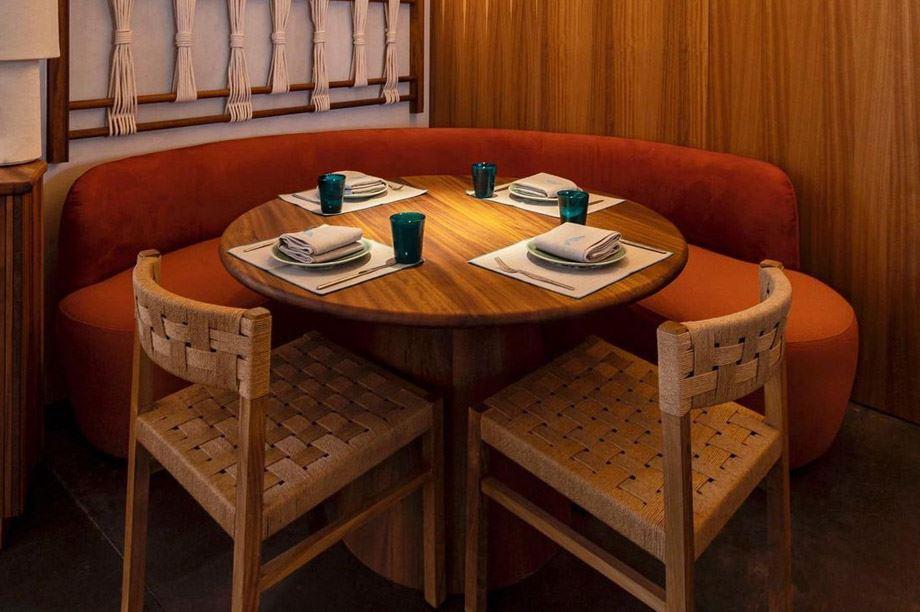 Mesa de restaurante tropical y elegante