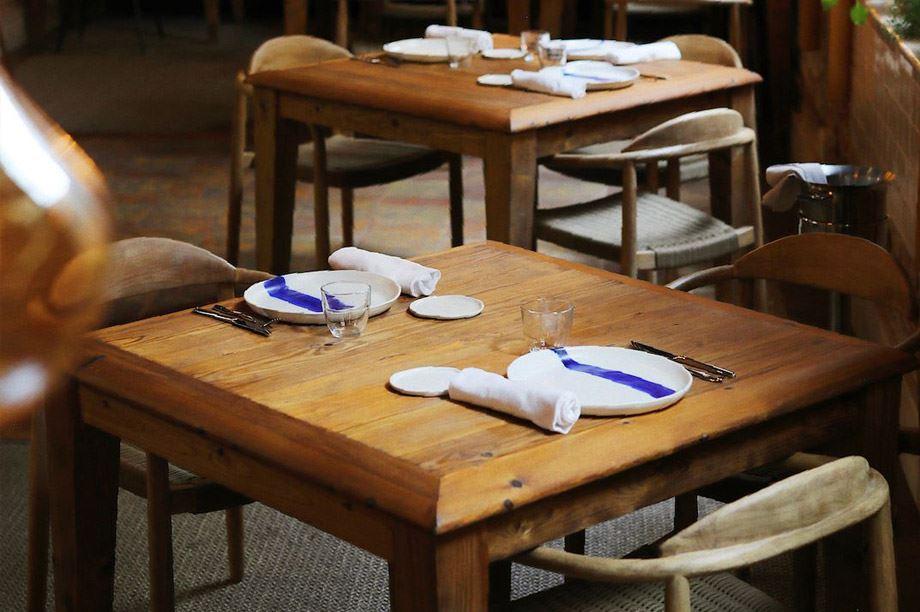 2. Mesa de restaurante sencilla y con pátina