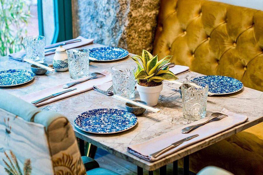 Cette saison, les nouveautés en matière de tables de restaurant va de la simplicité et la chaleur du bois, à la sobriété et le luxe du marbre.2