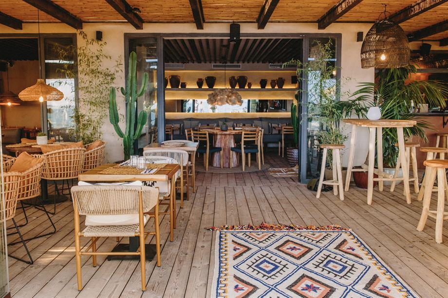 Les nouvelles tendances déco dans les restaurants créent des espaces chaleureux et confortables, vêtus de matières naturelles et durables. 1
