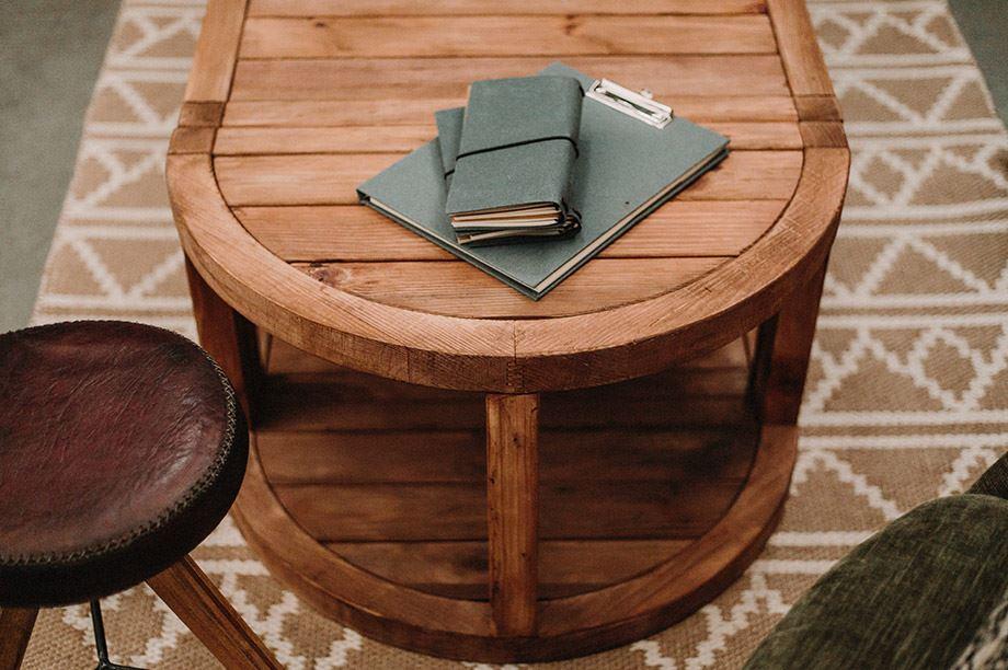 Les meubles en bois recyclé sont pleins de caractère et de personnalité grâce aux marques et aux irrégularités de leur surface.