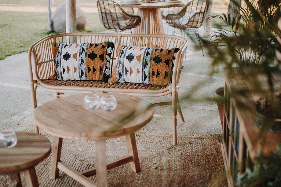 mesas y banco con respaldo fibras naturales
