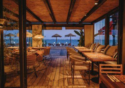 Amarola est le nouveau concept gastronomique créé par le chef Alejandro Alcántara dans une ambiance parfaite en bord de mer.2