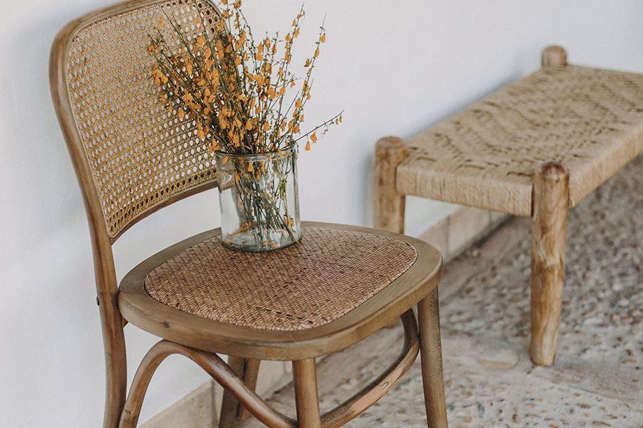 silla de rejilla con florero